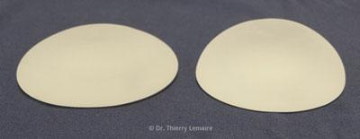 Photos de deux prothèses de 300 ml. Celle de gauche a un profil modéré et celle de droite un profil très haut.